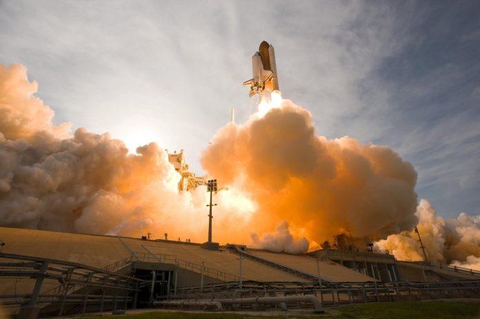 Raumschiff beim Start in den Weltraum
