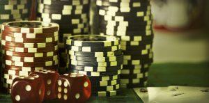Pokerchips und Würfel