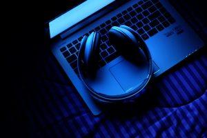 Laptop mit Kopfhörer