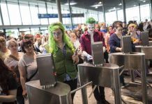 Comic Con Germany 2016 Zahlreiche Besucher am Eingang Ost