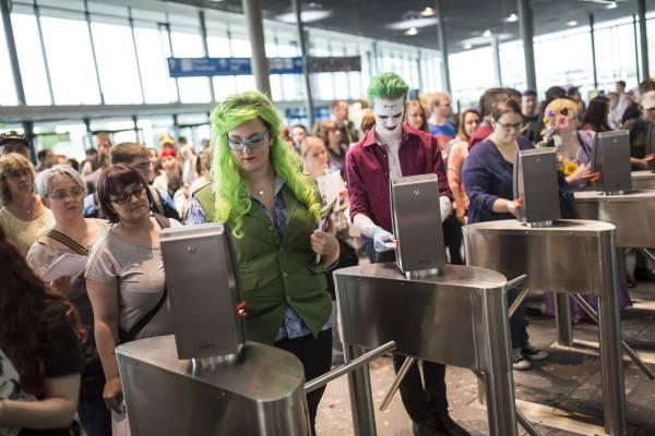 Comic Con Germany 2016 Zahlreiche Besucher am Eingang Ost