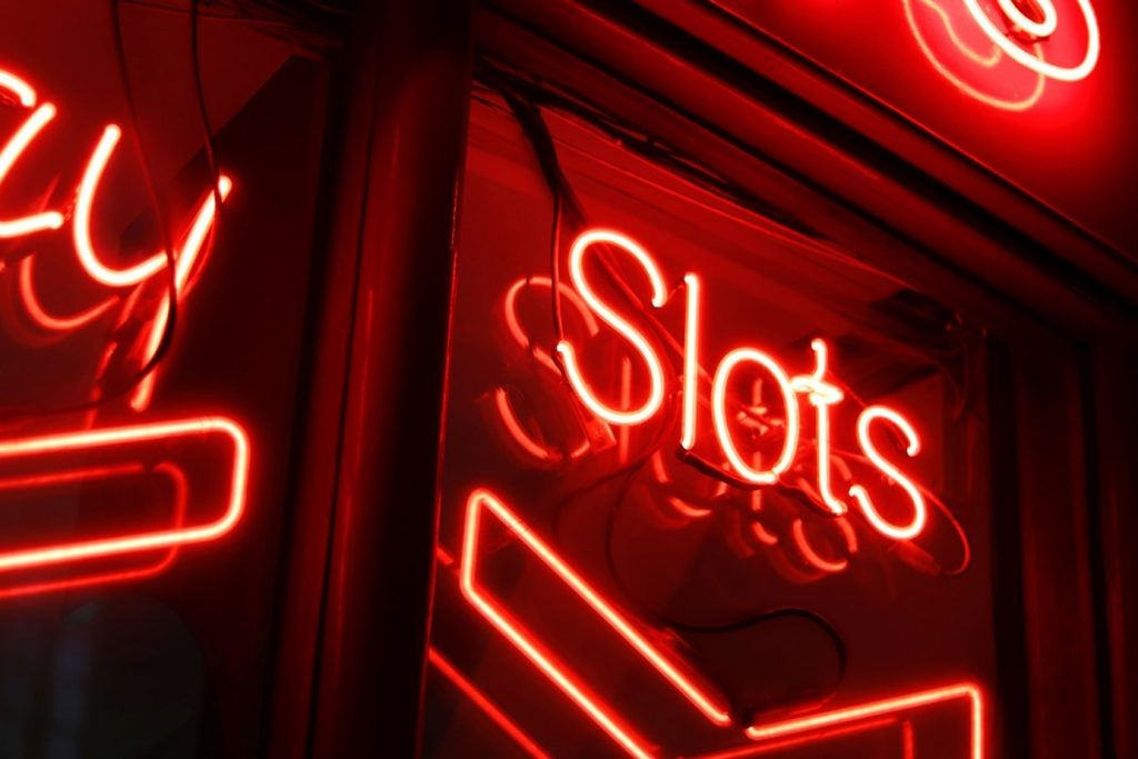 "LED-Schriftzug mit ""Slots"""